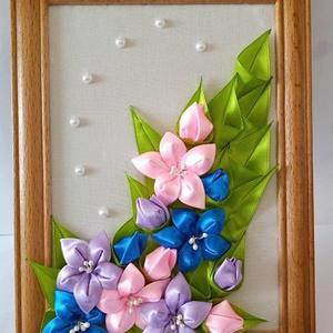 Liliom falikép, Otthon & lakás, Dekoráció, Kép, Varrás, Kézzel készített kép  Kanzashi stílusban, a virág és a levél  dekoráció vegyes színű szalagból kész..., Meska