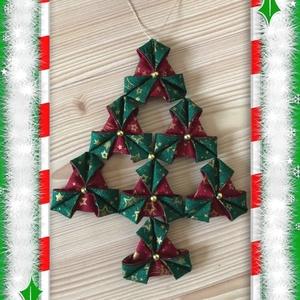 Karácsonyi textil ajtódísz, Otthon & lakás, Dekoráció, Dísz, Ünnepi dekoráció, Karácsony, Karácsonyfadísz, Karácsonyi dekoráció, Varrás, Patchwork, foltvarrás, Két színű karácsonyi mintás pamut textil anyagból varrással és hajtogatással készült fenyőfa alakú a..., Meska