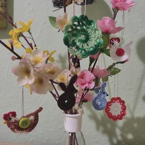 Húsvéti apró horgolt díszek, Otthon & Lakás, Dekoráció, Függődísz, Színes horgolt tyúkok, nyulak és virágok húsvéti dekorációnak. Felakasztható.  Mérete 4-5 cm..., Meska