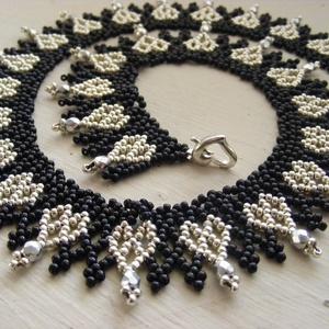Ezüstszív - ezüst, fekete gyöngynyaklánc szíves mintával, Ékszer, Nyaklánc, Gyöngyfűzés, gyöngyhímzés, Ékszerkészítés, A metál és fekete együtt mindig elegáns, ez esetben ezüst és fekete, ráadásul kedves, mutatós szív m..., Meska