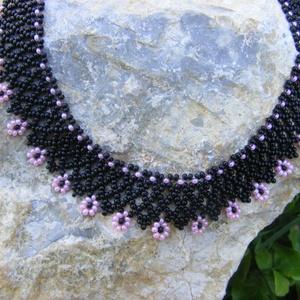 Kisvirágos - fekete - rózsaszín gyöngynyaklánc, Ékszer, Nyaklánc, Gyöngyfűzés, gyöngyhímzés, Ékszerkészítés, A fekete alapot apró, vidám rózsaszín virágok díszítik, és teszik kedves, de elegáns ékszerré. Apró..., Meska