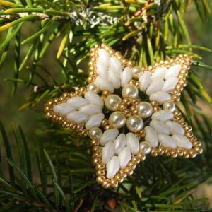 Aranycsillag - Arany, fehér gyöngy karácsonyfadísz, Dekoráció, Otthon & lakás, Ünnepi dekoráció, Karácsony, Karácsonyfadísz, Gyöngyfűzés, gyöngyhímzés, Ha nem is olyan fényes, mint ami akkor gyulladt az égen mikor a Jézuska született, a karácsonyfán na..., Meska
