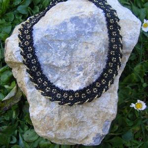 Arany virágok - fekete, arany virágos, csavart gyöngynyaklánc, Ékszer, Nyaklánc, Gyöngyfűzés, gyöngyhímzés, Ékszerkészítés, A fekete és az arany mindig jó választás, szépen mutat együtt. Pont, mint ezen az apró gyöngyökből k..., Meska