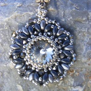Szürke elegancia - szürke - ezüst gyöngymedál, Ékszer, Medál, Ékszerkészítés, Gyöngyfűzés, gyöngyhímzés, Lehet, hogy a szürke keveseknek kedvenc színe, és sokan a szürke őszi esőkre asszociálnak róla, de e..., Meska