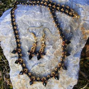 Fekete gyémántok - fekete, arany ékszerszett, Ékszer, Ékszerszett, Ékszerkészítés, Gyöngyfűzés, gyöngyhímzés, Elegáns, fekete és arany kopásálló gyöngyökből készült ékszerszett: finom, jó esésű nyaklánc, elegán..., Meska