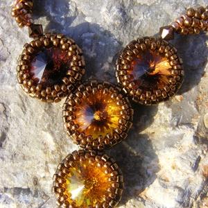 Őszi álom - swarovski rivolisbarna - arany - bronz gyöngy nyaklánc, Ékszer, Nyaklánc, Ékszerkészítés, Gyöngyfűzés, gyöngyhímzés, A napfény, a fák aranybarnája köszön vissza az ékszer medál részén, amelyet négy swarovski rivoliból..., Meska