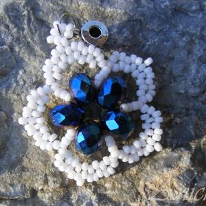 Vizililiom - kék- fehér gyöngy medál, Ékszer, Medál, Gyöngyfűzés, gyöngyhímzés, Ékszerkészítés, A víz és a vízpart színeit idézi ez a cseh csiszolt gyöngyökből készült virág medál. Sötétkék cseh c..., Meska