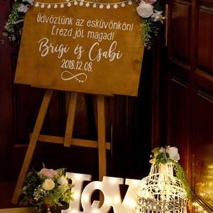 Esküvői tábla dekor, Dekoráció, Otthon & lakás, Ünnepi dekoráció, Esküvő, Esküvői dekoráció, Famegmunkálás, Esküvőkre köszöntő táblàk egyedi elképzelés alapján.  \n60x75 dió színű fa tábla.  \nA festőállvány ne..., Meska