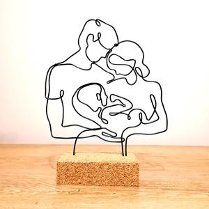 Keresztelő - ajándék ötlet- drótból készült asztali dekoráció / Vonalrajz életre keltve / Baba szoba dekoráció, Otthon & Lakás, Dekoráció, Asztaldísz, Mindenmás, Térbeli drót szobor parafa alappal!\nA dísz fekete 2 mm-es alumínium drótból készült parafa alapba rö..., Meska
