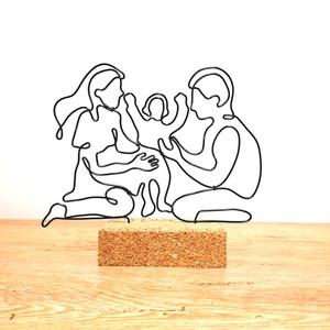 3 fős család - drótból készült szobor - személyes ajándék ötlet - a mi családunk - vonalrajz életre keltve!, Otthon & Lakás, Dekoráció, Dísztárgy, Mindenmás, A dísz fekete 2 mm-es alumínium drótból készült parafa alapba rögzítve. \nMinden darab egyedileg kézz..., Meska