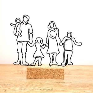 5 fős család - drótból készült dekoráció - Vonalrajz életre keltve / Személyes ajándék ötlet - A mi családunk, Otthon & Lakás, Dekoráció, Asztaldísz, Mindenmás, A dísz fekete 2 mm-es alumínium drótból készült parafa alapba rögzítve. \nKisebb változtatás kérhető ..., Meska