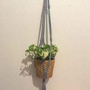 Makramé virágtartó szürke zsinórfonalból, Otthon, lakberendezés, Kaspó, virágtartó, váza, korsó, cserép, Csomózás, Egyedi, kézzel készített makramé virágtartó fa karikával a tetején.  - anyag: 100% pamut zsinórfona..., Meska