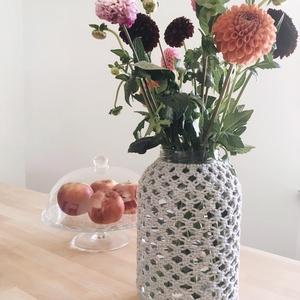 Makramézott üveg váza, Otthon & lakás, Dekoráció, Lakberendezés, Csomózás, Makraméval díszített üveg váza\n\nÜveg mérete:\n- 5 literes üveg\n\nFelhasznált anyag:\n- pamutfonal\n\nSzín..., Meska