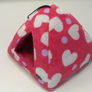 Piramis bújó - pink-szivecskés mintával, Cicáknak & Macskáknak, Kisállatoknak, Otthon & Lakás, Varrás, Pluss anyagból vatelin béléssel készült piramis alakú bújó kivehető párnával. A párna mindkét oldala..., Meska