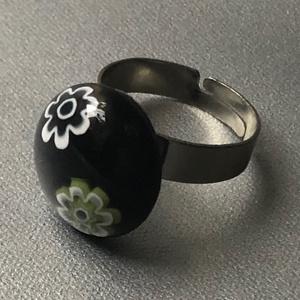 Kis virágos gyűrű, Ékszer, Gyűrű, Üvegművészet, Ékszerkészítés, Köralakú , többrétegű minőségi üveg összeolvasztásával készülő egyedi termék. Mérete~1,2 cm, állítha..., Meska