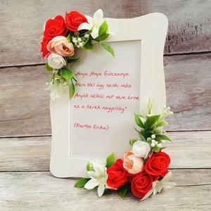 Képkeret virágdíszítéssel, Otthon & lakás, Dekoráció, Ünnepi dekoráció, Anyák napja, Lakberendezés, Képkeret, tükör, Festett tárgyak, Virágkötés, Habrózsákkal és zöldekkel díszített képkeret, fényképtartó. Csodás ajándék Anyák napjára, születésna..., Meska