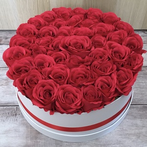 Rózsadoboz élethű selyemvirágokból születésnapra, névnapra, évfordulóra , Otthon & lakás, Dekoráció, Csokor, Ünnepi dekoráció, Szerelmeseknek, Virágkötés, Exkluzív rózsadoboz élethű, prémium minőségű selyemvirágokból.\n30 cm átmérőjű kerek dobozt töltöttem..., Meska