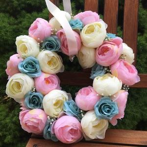 Virágos kopogtató élethű selyemvirágokból, ajtódekorációnak, esküvőre, Esküvő, Esküvői dekoráció, Otthon & lakás, Dekoráció, Lakberendezés, Ajtódísz, kopogtató, Dísz, Virágkötés, Élethű, prémium minőségű krém, kék és rózsaszín selyemvirágokból készült koszorú, kopogtató. Esküvői..., Meska