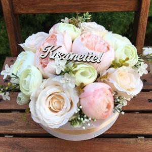 Szülőköszöntő virágdoboz esküvőre, Esküvő, Esküvői csokor, Esküvői dekoráció, Otthon & lakás, Dekoráció, Csokor, Virágkötés, Elegáns, fehér virágdoboz élethű, prémium minőségű selyemvirágokból, szülőköszöntő ajándéknak esküvő..., Meska