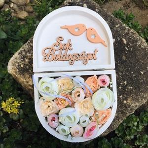Nászajándék átadó, pénzátadó dobozka, Esküvő, Nászajándék, Otthon & lakás, Dekoráció, Ünnepi dekoráció, Szerelmeseknek, Virágkötés, 14,5 x 12 cm, 5 cm magas fadobozt fehérre festettem, szatén szalaggal díszítettem. Tetejére Mr&Mrs v..., Meska