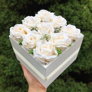 Szülőköszöntő virágdoboz élethű, prémium selyemrózsákból, Esküvő, Esküvői csokor, Esküvői dekoráció, Otthon & lakás, Dekoráció, Csokor, Virágkötés, Elegáns, letisztult stílusú virágdoboz szülőköszöntő ajándéknak esküvőre.\nNatúr fadobozt fehérre fes..., Meska