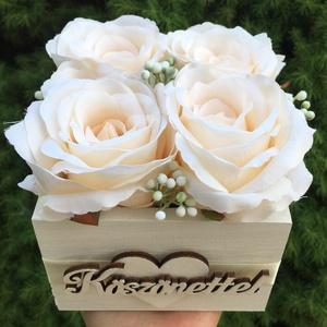 Szülőköszöntő virágdoboz élethű selyemvirágokból, esküvőre , Esküvő, Esküvői csokor, Esküvői dekoráció, Otthon & lakás, Dekoráció, Csokor, Virágkötés, Szülőköszöntő ajándék élethű, prémium minőségű selyemvirágokból, esküvőre.\nA fadoboz mérete: 11x11 c..., Meska