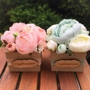 Virágdoboz élethű selyemvirágokból, Otthon & lakás, Dekoráció, Csokor, Dísz, Ünnepi dekoráció, Ballagás, Virágkötés, 9x9 cm-s kis virágdoboz, kedves ajándék évfordulóra, pedagógusnapra, névnapra, születésnapra.\nNatúr ..., Meska