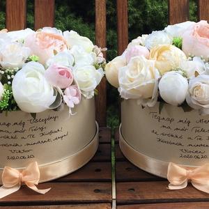 Szülőköszöntő virágdobozok esküvőre élethű selyemvirágokból , Esküvő, Esküvői csokor, Esküvői dekoráció, Meghívó, ültetőkártya, köszönőajándék, Virágkötés, Krém színű, 21 cm átmérőjű kerek kartondobozban élethű, prémium minőségű selyemvirágok, a dobozon eg..., Meska
