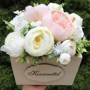 Szülőköszöntő virágdoboz esküvőre, élethű selyemvirágokból , Esküvő, Esküvői csokor, Esküvői dekoráció, Meghívó, ültetőkártya, köszönőajándék, Virágkötés, Fehérre festett, 16x16 cm-s fadobozban élethű, prémium minőségű selyemvirágok. Hamar hervadó csokor..., Meska