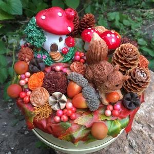 Őszi asztaldísz mókussal, házikóval, makkokkal, tobozokkal, Otthon & lakás, Dekoráció, Dísz, Lakberendezés, Asztaldísz, Ünnepi dekoráció, Virágkötés, Hangulatos őszi asztaldísz kis házikóval, mókussal, tobozokkal, őszi termésekkel.\nKerek krémsárga do..., Meska