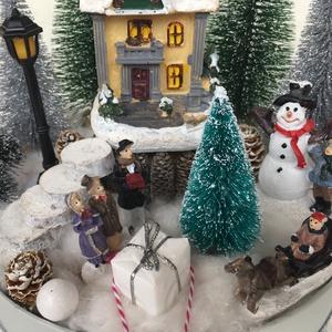 Téli mesevilág - asztaldísz világító házikóval , Karácsony & Mikulás, Karácsonyi dekoráció, Virágkötés, 20 cm átmérőjű kartondobozban téli mesevilágot készítettem. :)\nA házikó világít (nincs rögzítve, hog..., Meska