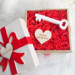 Szerelem-box (masnis rózsadoboz Valentin-napra), Otthon & Lakás, Dekoráció, Díszdoboz, Virágkötés, Meglepetés doboz vörös habrózsákkal, feliratos színekkel és egy kulccsal: igazi romantikus ajándék. ..., Meska