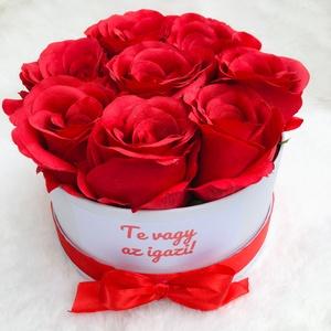 Egyedi feliratos Valentin napi rózsadoboz prémium minőségű selyemrózsákból, Otthon & Lakás, Dekoráció, Csokor & Virágdísz, Virágkötés, Gyönyörű, élethű, prémium minőségű selyemvirágokból készült rózsadoboz, nem csak Valentin-napra. Évf..., Meska