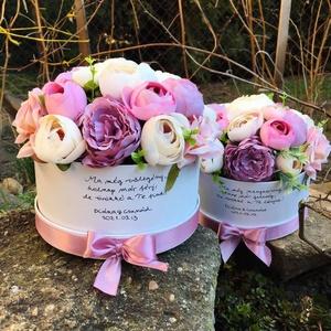 Szülőköszöntő virágdobozok esküvőre élethű selyemvirágokból , Szülőköszöntő ajándék, Emlék & Ajándék, Esküvő, Virágkötés, Kerek kartondobozban élethű, prémium minőségű selyemvirágok, a dobozon egyedi felirat.\nRendelhető má..., Meska