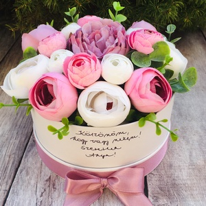 Kerek virágdoboz Anyák napjára, egyedi felirattal , Otthon & Lakás, Dekoráció, Csokor & Virágdísz, Virágkötés, Élethű, prémium minőségű selyemvirágokból készült virágdoboz Anyák napjára, melyre egyedi, kézzel ír..., Meska