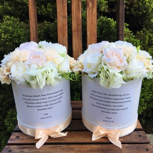 Szülőköszöntő virágdobozok esküvőre élethű selyemvirágokból , Esküvő, Emlék & Ajándék, Szülőköszöntő ajándék, Virágkötés, Kerek, magas kartondobozban élethű, prémium minőségű selyemvirágok, a dobozon egyedi felirat, mely l..., Meska