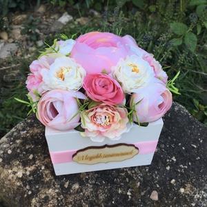 Virágdoboz pedagógusnapra élethű selyemvirágokkal, Otthon & Lakás, Dekoráció, Csokor & Virágdísz, Virágkötés, Pedagógusnapra, bolcsis/ovis ballagásra csodás és maradandó ajándék.\n4 fele méretben és többféle fel..., Meska