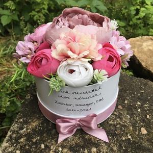 Kerek virágdoboz Pedagógusnapra, egyedi felirattal , Otthon & Lakás, Dekoráció, Csokor & Virágdísz, Virágkötés, Élethű, prémium minőségű selyemvirágokból készült virágdoboz Pedagógusnapra, melyre egyedi, kézzel í..., Meska