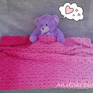 Kötött rózsaszín takaró kislánynak, Otthon & Lakás, Takaró, Lakástextil, Rózsaszín színátmenetes kézzel kötött takaró.  Pihe-puha, meleg, könnyű, mindössze fél kiló.   Ágyta..., Meska
