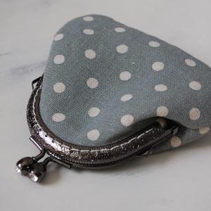 Kis bugyrok sorozat - Kék alapon fehér pöttyös bugyor ezüst, csillogó kapcsú fém kerettel - Meska.hu