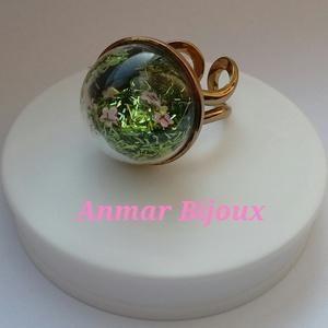 Boborékba zárt rét, Ékszer, Gyűrű, Ékszerkészítés, A gyűrű állítható óarany színű gyűrű alapból, üveg félgömbből, flitterből és csillámból készült., Meska