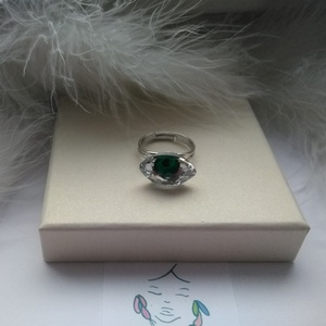 Zöld szem gyűrű, Szoliter gyűrű, Gyűrű, Ékszer, Ékszerkészítés, A gyűrű rhodiumozott gyűrűalapból és Swarovski kőből készült,állítható.\nA kő méretei : 1,8 x 1 cm..., Meska