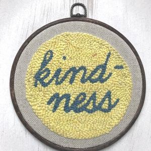 Falikép gyapjúval: Kindness, Otthon & lakás, Dekoráció, Kép, Képzőművészet, Lakberendezés, Falikép, Vegyes technika, Hímzés, Mindenmás, Punch needle technikával és gyapjúfonallal készült textil falikép diófaszínűre festett műanyag keret..., Meska