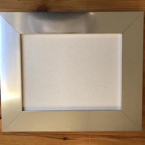 Hímezhető anyag ezüst színű fakeretben, Díszíthető tárgyak, Fa, Hímzés, Mindenmás, Keret mérete: 42 cm x 32 cm\nKeret szélessége: 7 cm\n\n100% pamutvászon anyag (Monk\'S Cloth - finom szö..., Meska
