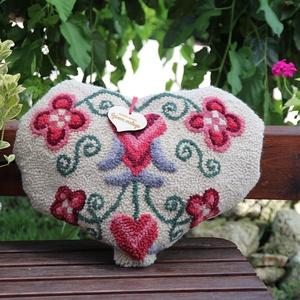 Szív alakú díszpárna - Szívem melege, Otthon & Lakás, Lakástextil, Párna & Párnahuzat, Hímzés, Meska