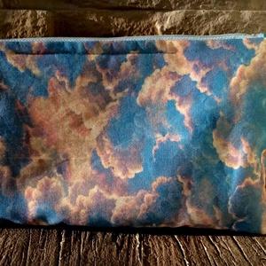 Felhőmintás neszesszer, Táska, Divat & Szépség, Táska, Neszesszer, Varrás, Kellemes színű felhőmintás anyagból készült neszesszer ,fehér textillel bélelt , húzózáras. Ajándékn..., Meska