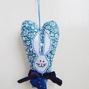 Nyuszis szív dekoráció - kék, Otthon & Lakás, Dekoráció, Függődísz, Baba-és bábkészítés, Varrás, AnneHOME - Dekorációk - KÉSZLETEN!\n\nFehér alapon kék színű minivirágos pamutvászonból készült textil..., Meska