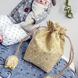 Tulipános ajándék zsák -  fehér arany karácsony, Karácsonyi dekoráció, Karácsony & Mikulás, Otthon & Lakás, Varrás, Patchwork, foltvarrás, AnneHome - Tulipános zsák - KÉSZLETEN\n\nFehér arannyal karácsonyi virágmintás OEKO-Tex pamutvászonból..., Meska