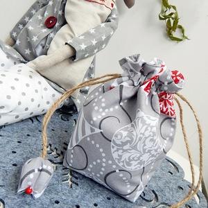 Tulipános zsák - Karácsonyi gömbös, Táska, Divat & Szépség, Karácsony, Ünnepi dekoráció, Dekoráció, Otthon & lakás, Ajándékzsák, Táska, Varrás, Patchwork, foltvarrás, AnneHome - Tulipános zsák - KÉSZLETEN\n\nKarácsonyi gömb mintás pamutvászonból készült több rétegű ers..., Meska