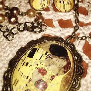 Klimt: Csók - ékszerszett, Ékszer, Ékszerszett, Ékszerkészítés, Klimt egyik képe lencse alá rejtve, réz szereléken, hozzáillő bedugós fülbevalóval.  A lánc teljes ..., Meska